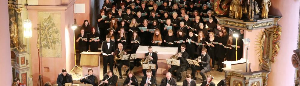 Der Projektchor des Sängervereins Mellrichstadt, der Kammerchor des MPG und das Meininger Residenzorchester führen das Brahms-Requiem im März 2017 unter der Leitung von Heinz Pallor auf. (Foto: Klaus Reder)